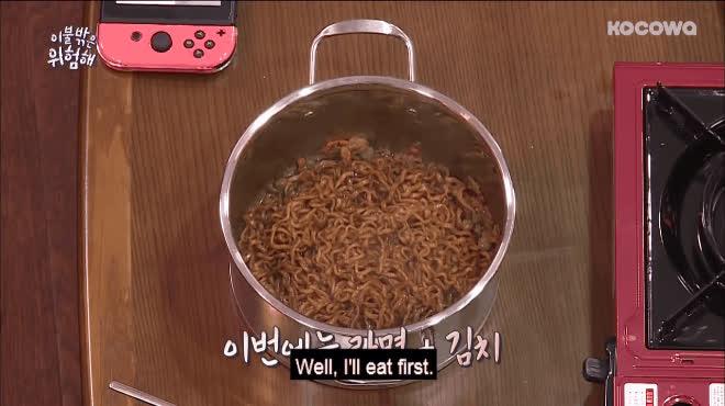 Vừa ăn vừa khóc đến cạn nước mắt nhưng Wanna One vẫn mãi một tình yêu với món tủ này