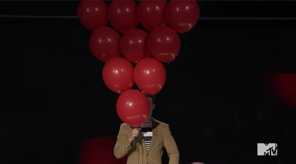 adam devine, awkward, balloons, creepy, mtv awards, mtv awards 2017, mtvawards, mtvawards2017, peekaboo, surprise, Adam Devine Balloon Face GIFs