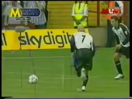 Watch and share When David Beckham And Ryan Giggs Took A Free-kick At The Same Time In 2001 GIFs by Wawa Wachiezz on Gfycat