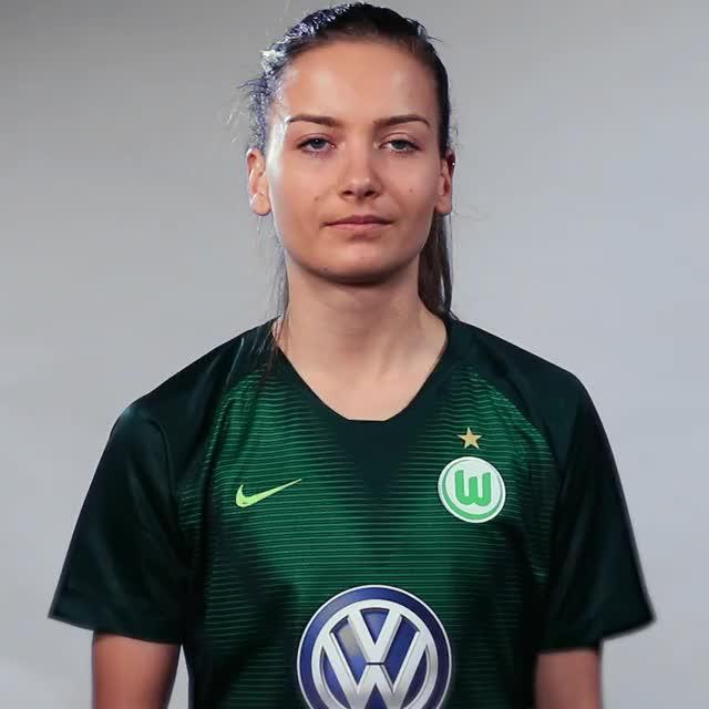 Watch and share Joelle Wedemeyer - Fahne Norwegen GIFs by VfL Wolfsburg on Gfycat