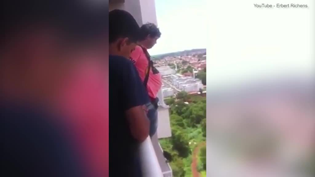 Bất chấp nguy hiểm, thanh niên nhảy từ tầng lầu cao bằng dù mua trên mạng