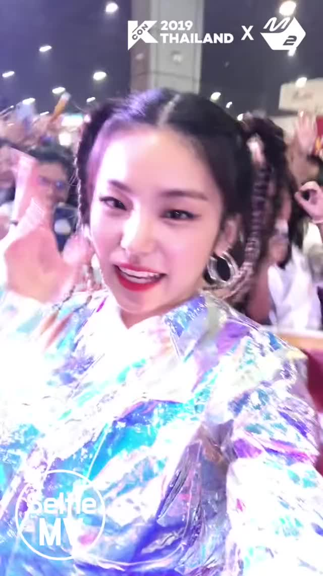 Watch and share [Selfie MV] ITZY(있지) - ICY @KCON19TH [iPqjmdT WfA]-4 GIFs by masterfat on Gfycat