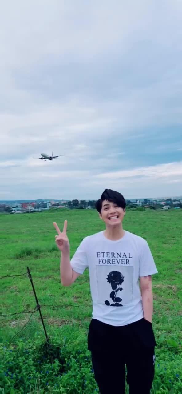 100 điểm đáng yêu cho khoảnh khắc Noo Phước Thịnh giật thót vì sợ máy bay thổi anh đi mất ảnh 1