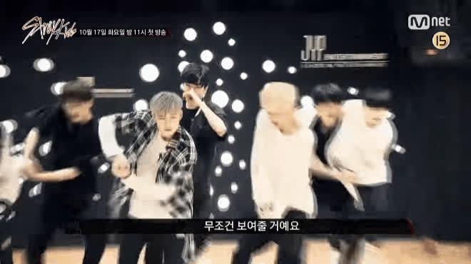 JYP tiết lộ hình ảnh tập luyện đầy nước mắt của các thực tập sinh trong show sống còn Stray Kids