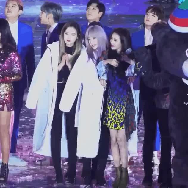 Fan tan chảy trước khoảnh khắc áo khoác chia đôi của 2 nữ thần Hani (EXID) và Sunmi ảnh 5