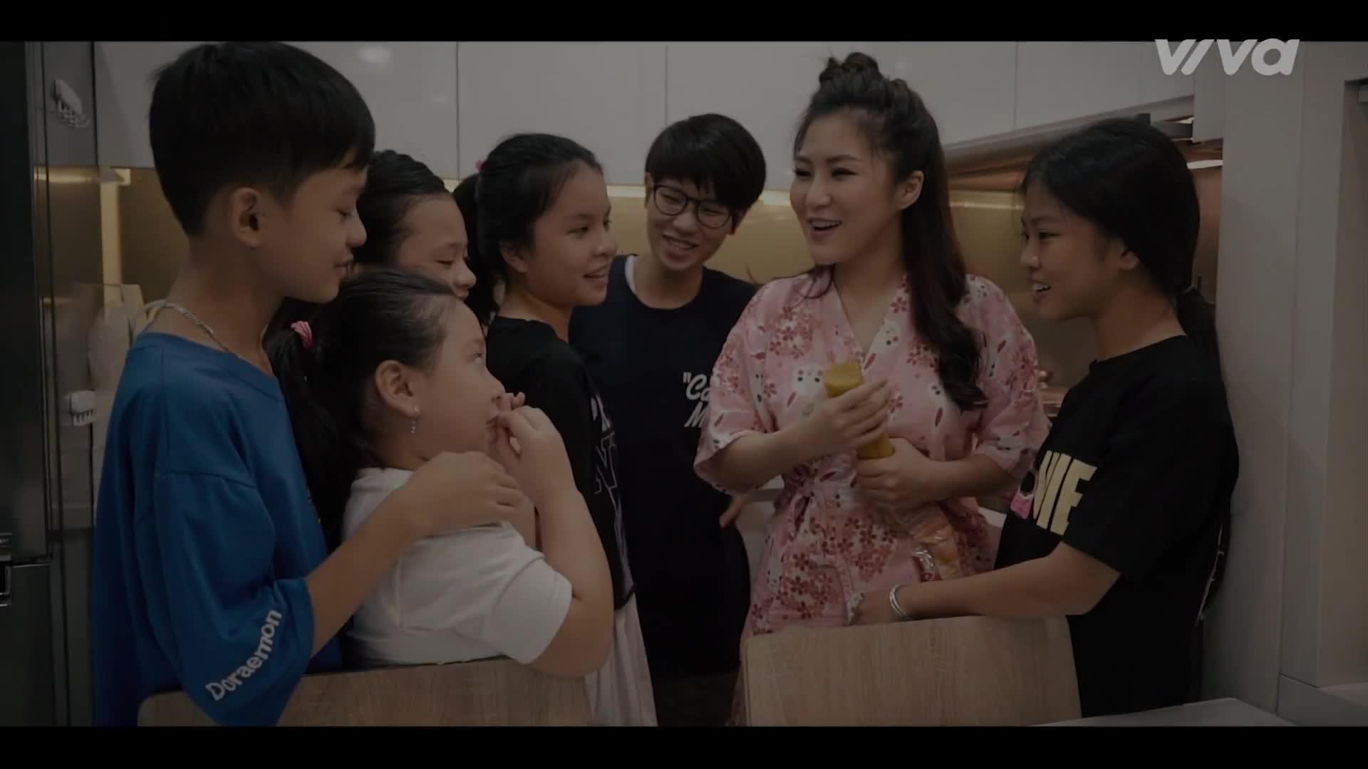 Cô giáo Hương Tràm bị cháy giáo án khi đang mải mê dạy học trò The Voice Kids