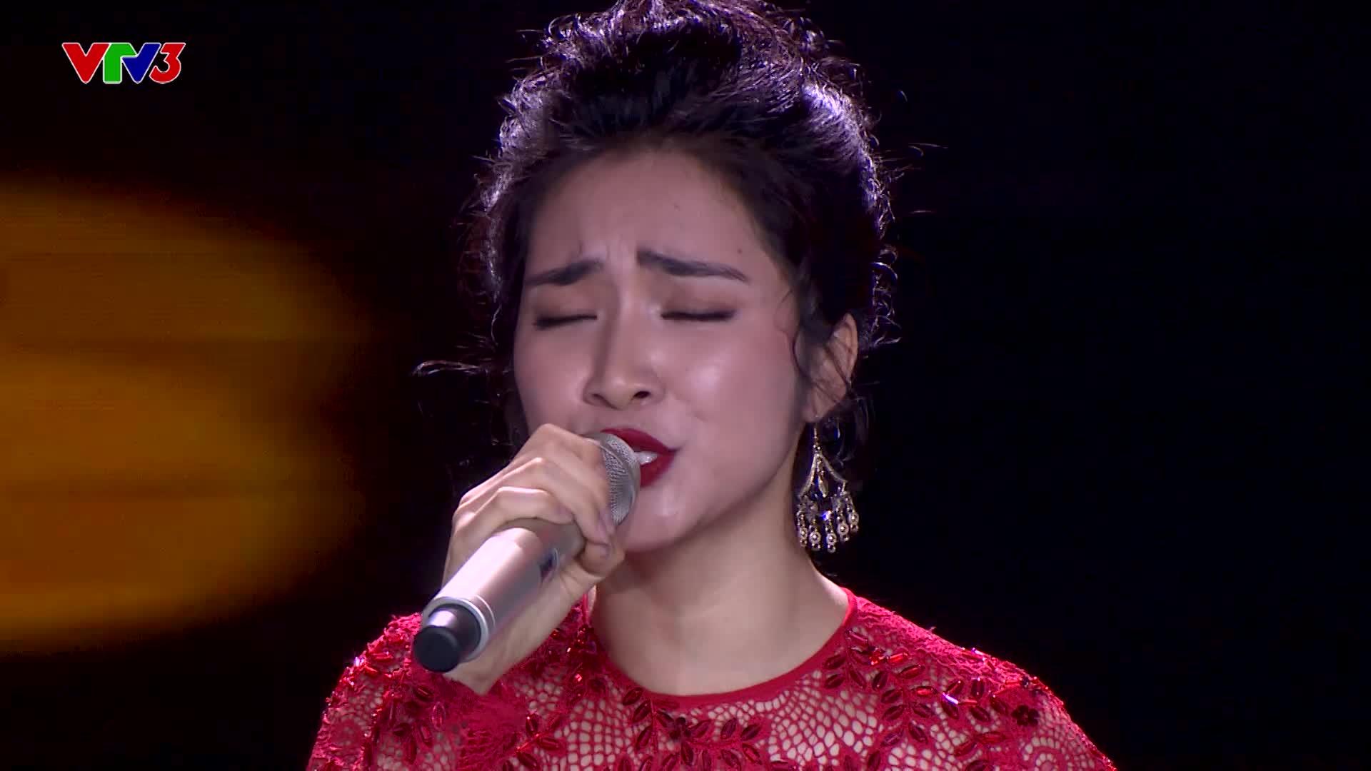 Ngay đêm thi đầu tiên của Cặp đôi hoàn hảo, Hòa Minzy đã mở liveshow kỷ niệm 10 năm hát Bolero