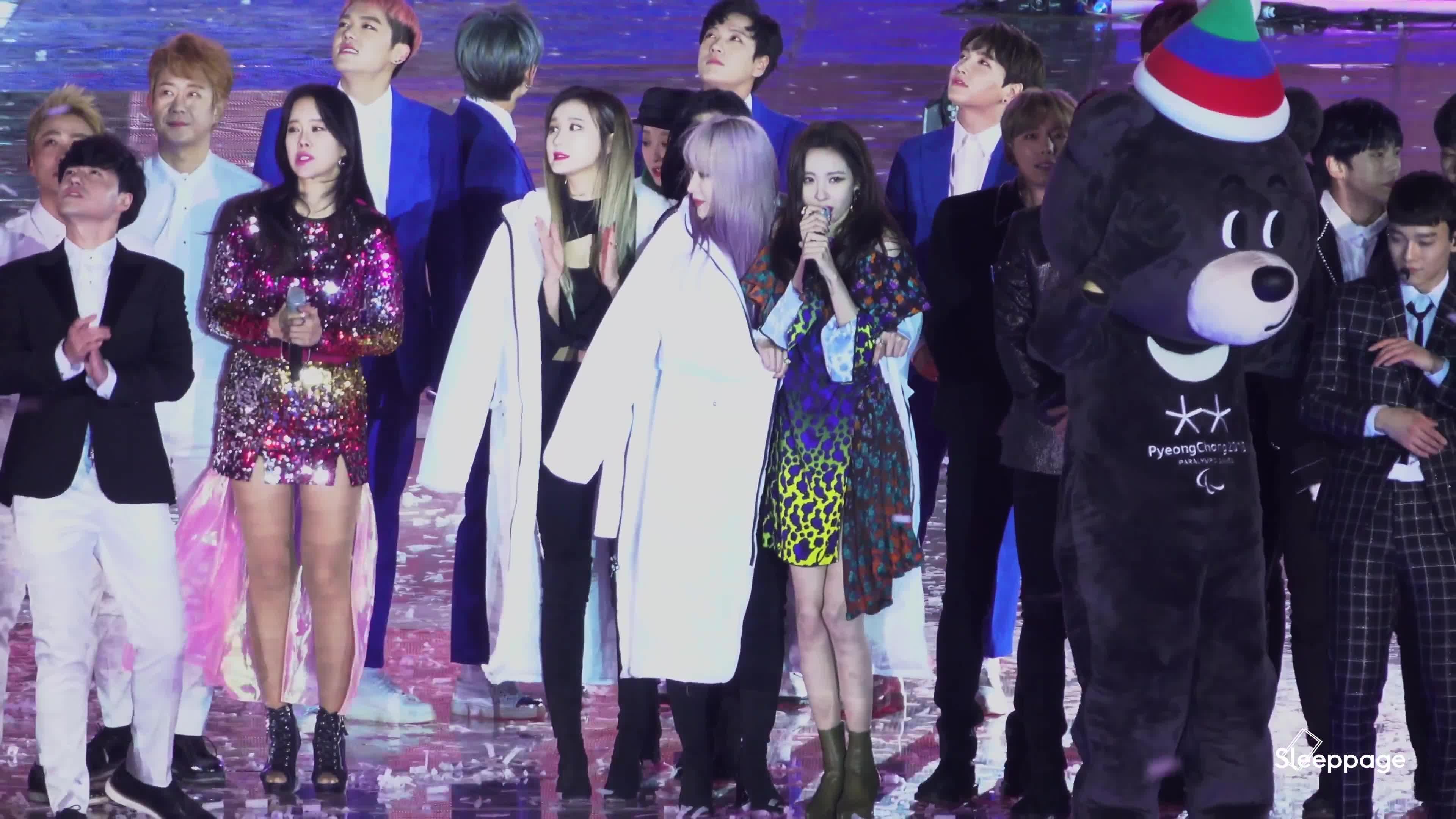 Fan tan chảy trước khoảnh khắc áo khoác chia đôi của 2 nữ thần Hani (EXID) và Sunmi ảnh 3