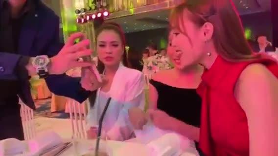 Clip: Ngô Kiến Huy không đỡ nổi khi chứng kiến tam ca Lan Ngọc, Khả Như và Sam cover tại đám cưới đạo diễn Nhất Trung ảnh 0