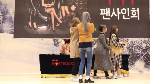 Watch and share 161126-마마무(Mamamoo)-목동fansign-3/5 GIFs on Gfycat