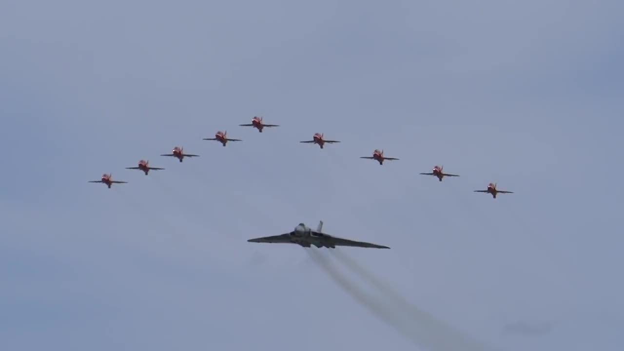 WarplaneGfys, warplanegfys, AVRO VULCAN XH558 FLYPAST WITH RED ARROWS, RIAT, RAF FAIRFORD, 18 JULY 2015 (reddit) GIFs