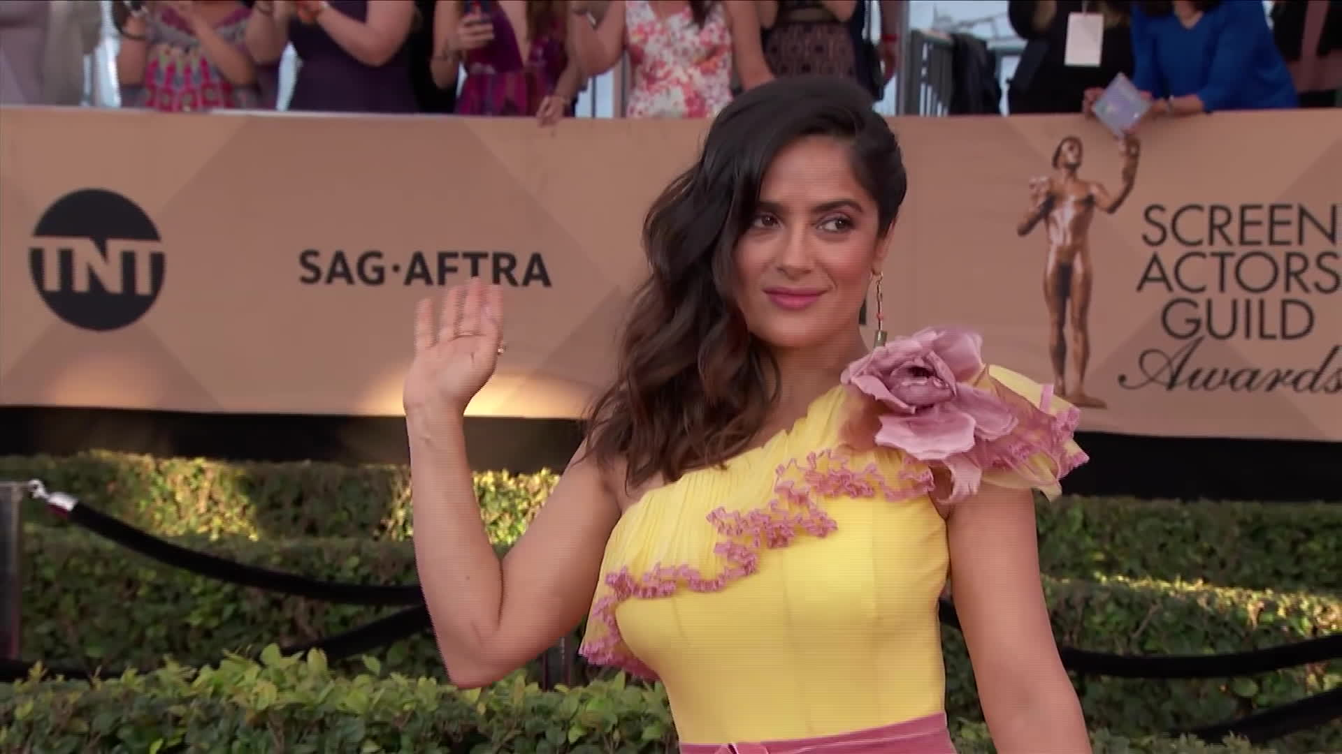 red carpet, sag awards, salma hayek, yellow dress, Salma Hayek SAG Awards 2017 GIFs
