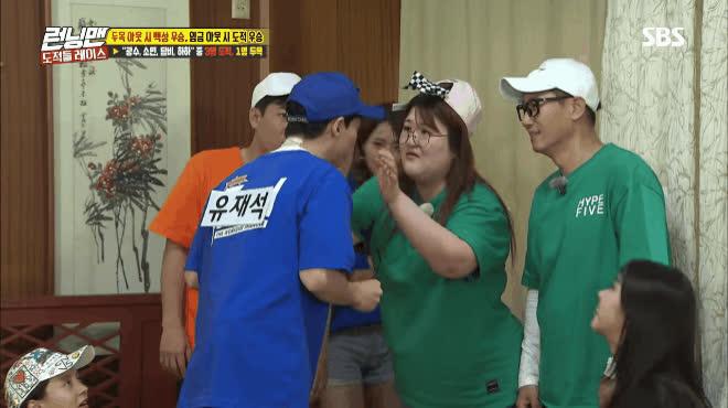 Nhảy theo BTS đến mất chân mày, Yoo Jae Suk quả không hổ danh thực tập sinh nhiều năm của Big 3 ảnh 10