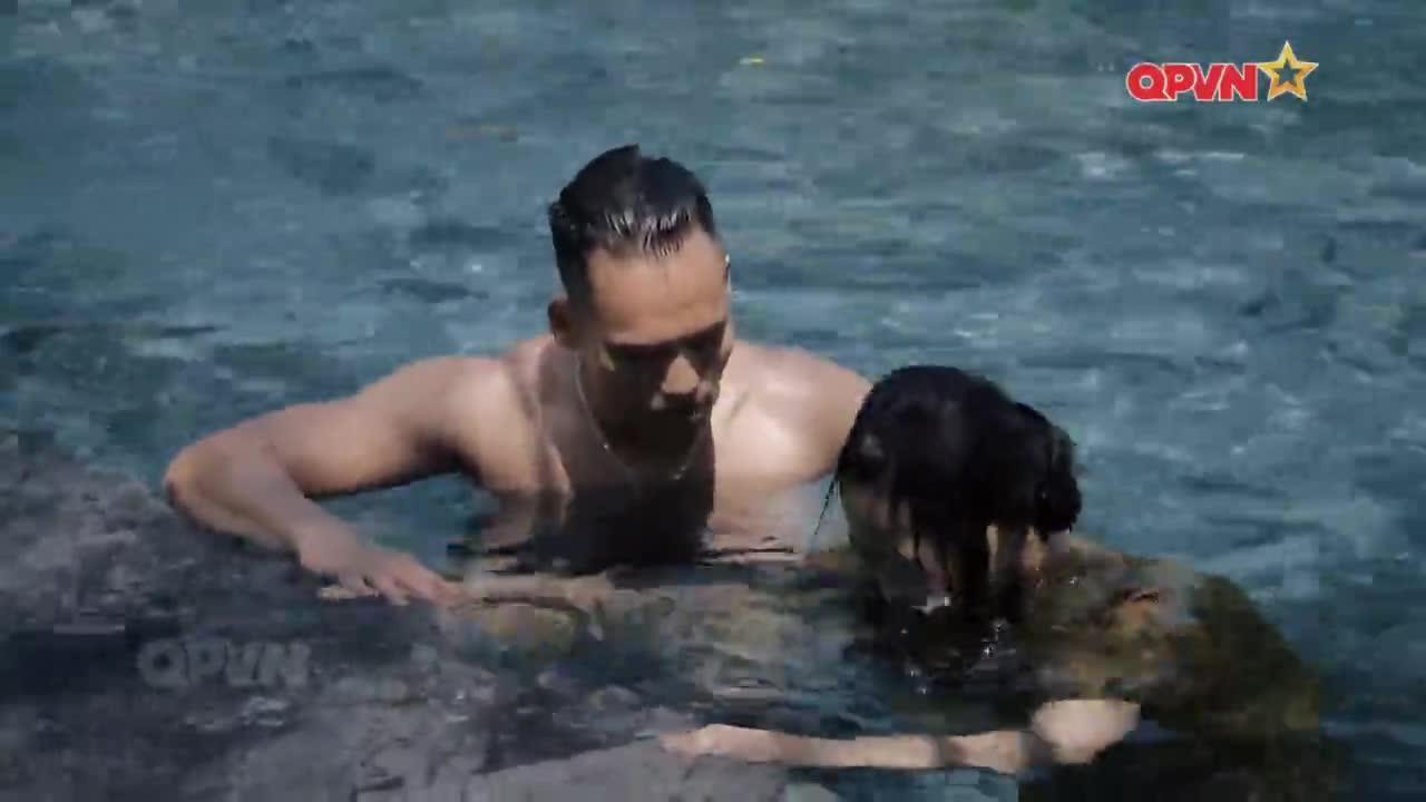 Xuất hiện huấn luyện viên điển trai như siêu mẫu tập bơi cho Nhung Gumiho