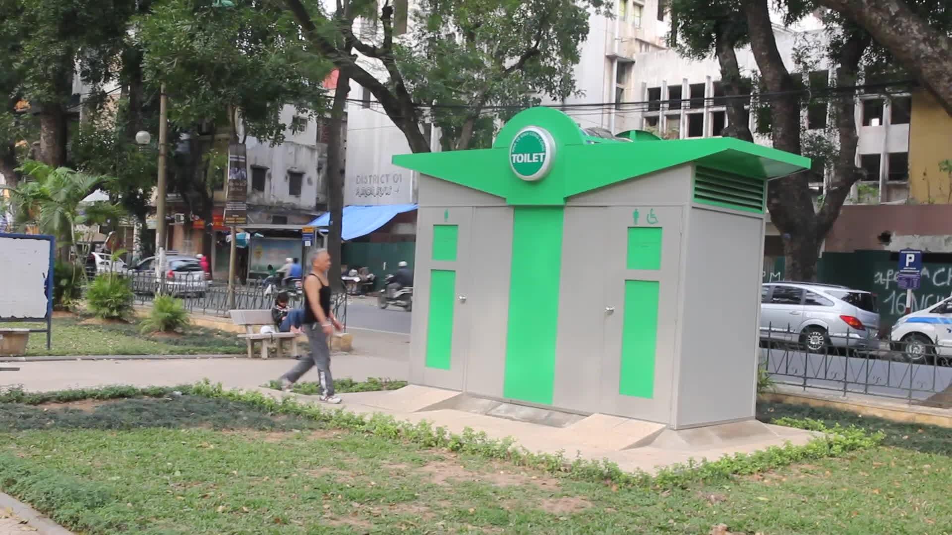 Nhà vệ sinh công cộng xây xong khóa cửa, người dân phóng uế ngay bên cạnh