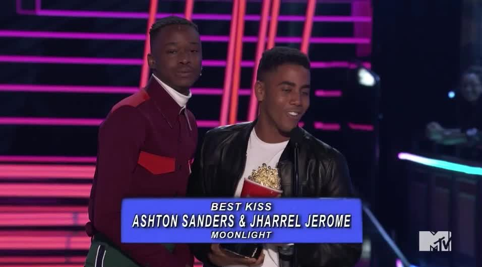 Ashton Sanders, Jharrel Jerome, MTV Awards, MTVAwards, MTVAwards2017, Moonlight, best kiss, win, Best Kiss goes to Ashton Sanders and Jharrel Jerome GIFs