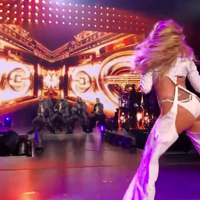 Jennifer Lopez shaking that ass