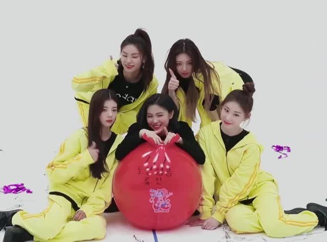 Watch and share Sdeck Yeji Yuna Lia Ryujin Chaeryeong Ot5 -ITZY KKINNESS CHALLENGE 1thek[jiU4Ac5EHG4]-11 GIFs by masterfat on Gfycat