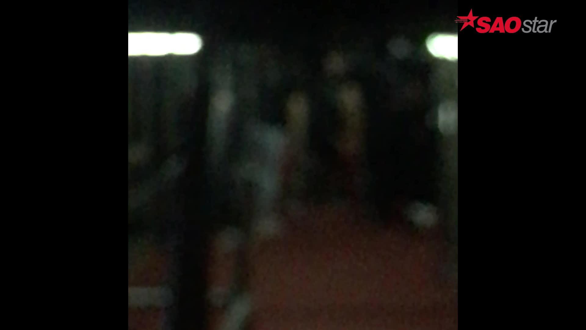 Clip độc: Đông Nhi có hay một Sơn Tùng quẩy Bad Boy tưng bừng dưới bàn nâng sân khấu đêm qua? ảnh 2