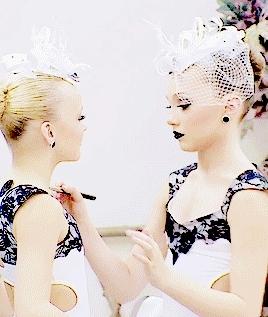 (✿◠‿◠), **, 5x09, 5x14, dance moms, dm, faves, gifs*, jojo siwa, m*, maddie ziegler, madison ziegler, mine*, Maddie doing JoJo's makeup 5x09   5x14 GIFs