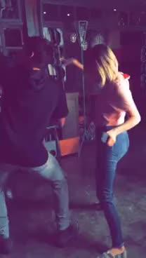 SNAPCHAT: Ashley Benson e Tyler Blackburn dançando GIFs