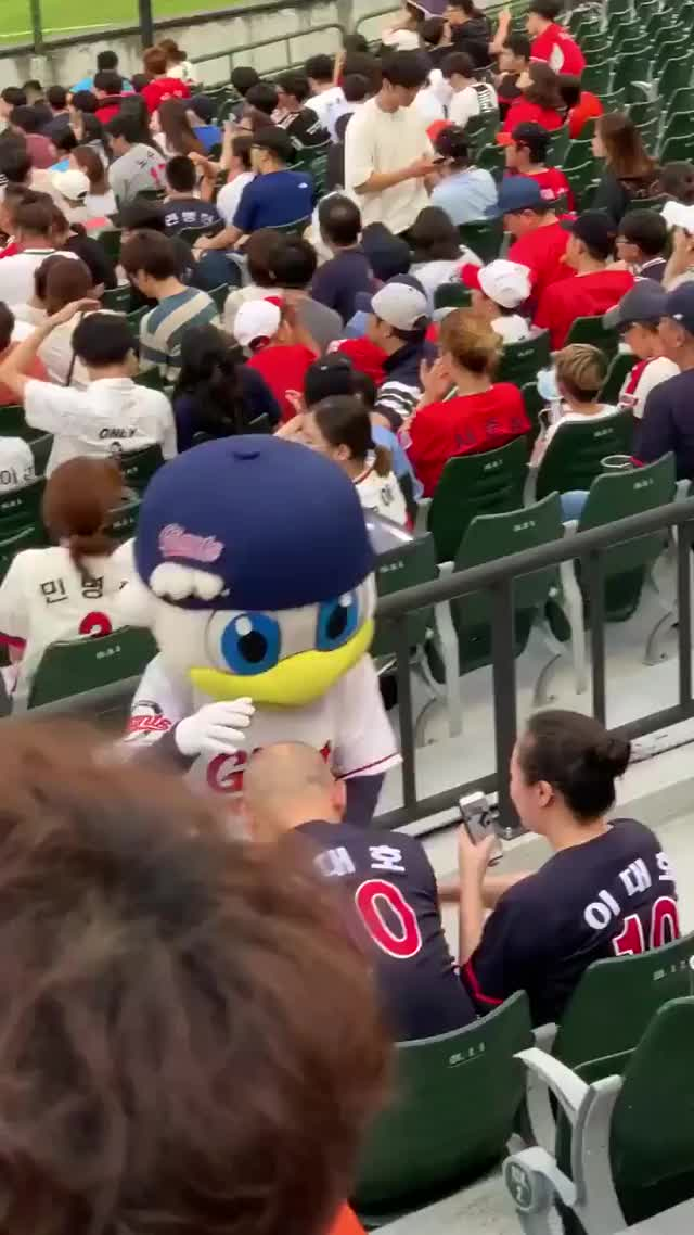 Watch and share Lotte Giants GIFs by Mecha熊 ✔️  on Gfycat