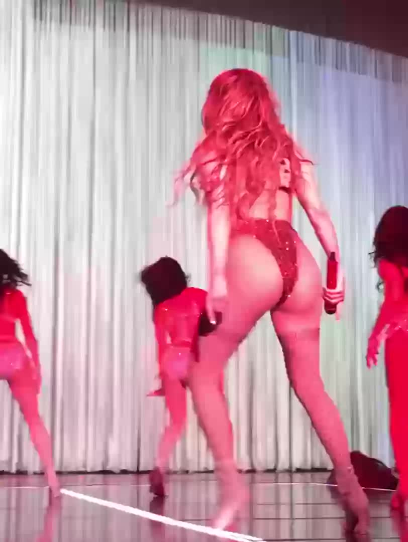 J Lo shaking juicy round booty