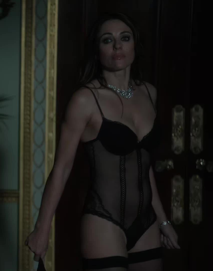 askscience, elizabeth hurley, friends, Elizabeth Hurley lingerie plot in The Royals (reddit) GIFs