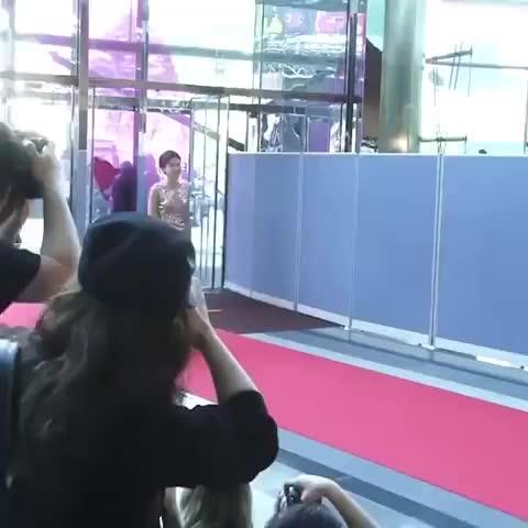 Chết cười khi cô Ly bắt chước thánh lầy Jang Do Yoen tạo dáng thảm đỏ!