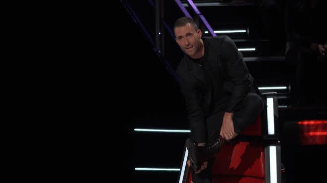 Lần đầu tiên tại The Voice US: HLV quăng giày, ném áo khai màn mùa mới