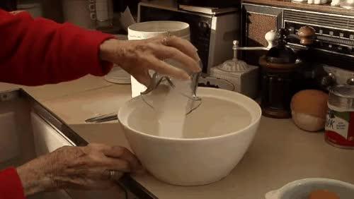 Watch En 1916 la gente comía esto de desayuno. 100 años después, la receta de la abuela se hace viral | Upsocl GIF on Gfycat. Discover more related GIFs on Gfycat