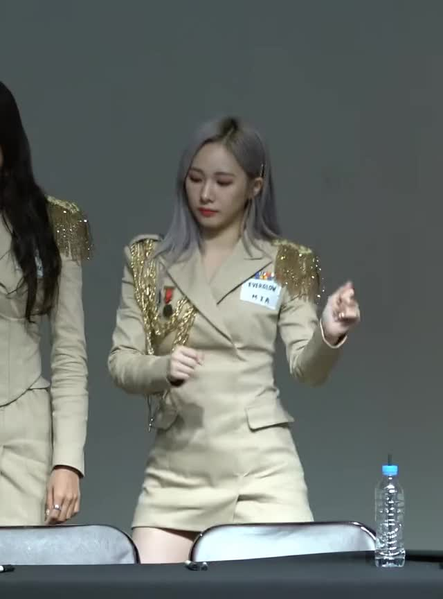 Watch and share Everglow GIFs and Fansign GIFs by bjh0329 on Gfycat