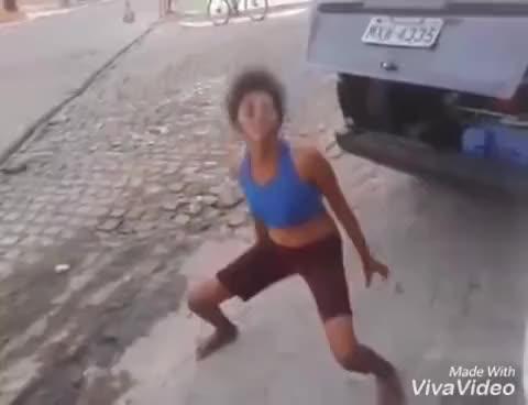 Watch Velha dançando muito engraçado GIF on Gfycat. Discover more related GIFs on Gfycat