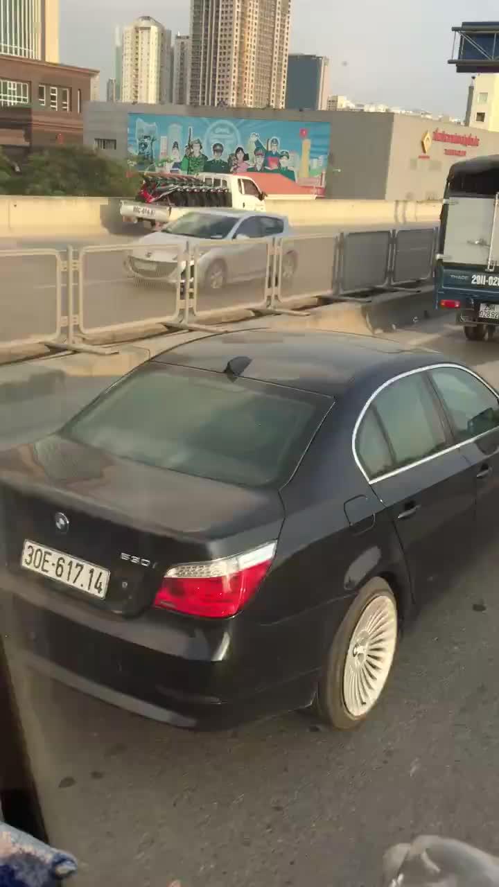 Hà Nội: Ô tô liều lĩnh đi ngược chiều trên đường cao tốc gây bức xúc ảnh 0