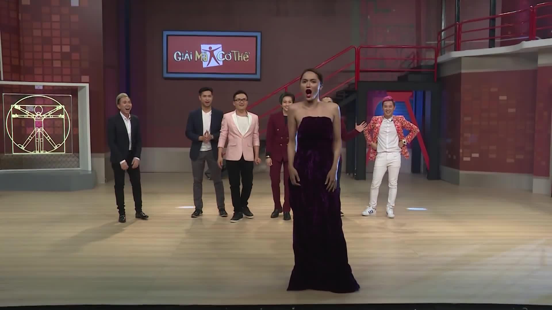 Trước khi dự thi Hoa hậu Chuyển giới Quốc tế, Hương Giang Idol từng catwalk và hô tên giống hệt Phạm Hương