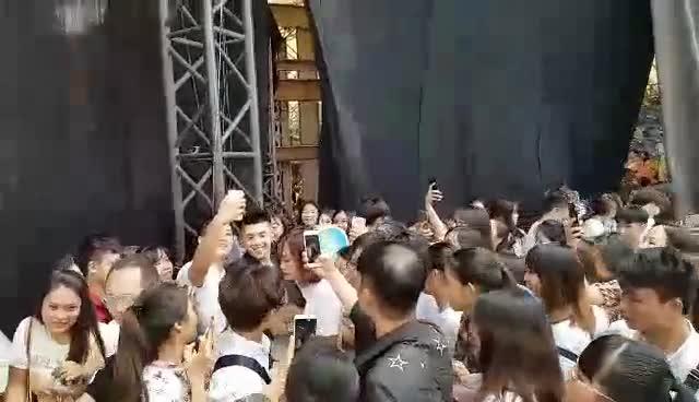 Clip: Fan Hà Nội lao ầm ầm bao vây Noo Phước Thịnh không một kẽ hở ảnh 6