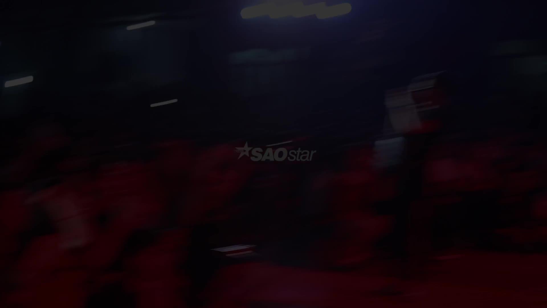Clip đáng yêu: Fan nam chạy vội lên sân khấu buộc giày cho Đông Nhi