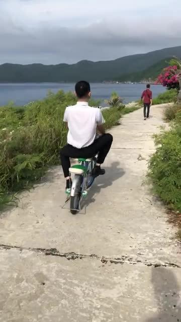 Noo Phước Thịnh chỉ so deep được trên MV, phía sau thì tung tăng cùng xe đạp con nít, thậm chí còn suýt té