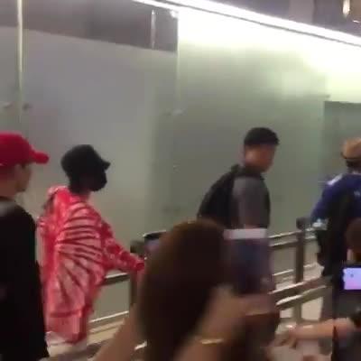 Mặc vệ sĩ ngăn cản, G-Dragon vẫn khiến fan phát cuồng với hành động nhận thư ngầu như phim