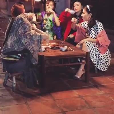 Không chỉ MV, Bích Phương còn 'lầy lội' đến cả hậu trường 'Bao giờ lấy chồng' như thế này!