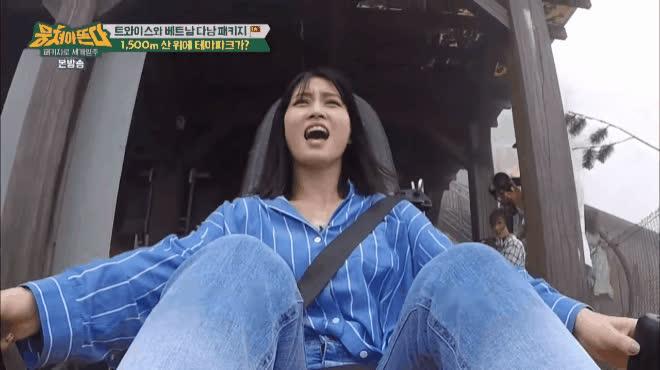 Các cô nàng TWICE xanh mặt trải nghiệm trò chơi cảm giác mạnh tại Đà Nẵng