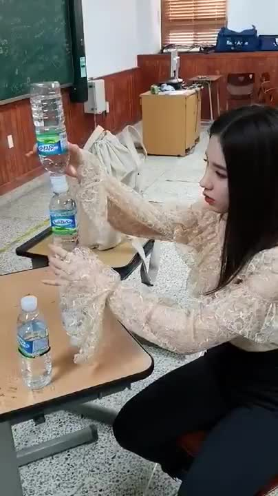 gowon, heejin, kick, kpop, kpopgfys, loona, theangrycamel, twitter, 이달의 소녀(LOOΠΔ) on Twitter- -[이달의소녀킼킼 #129] 물병 세우기의 달인 전 #희진 씨....😯- #LOONA #LOONAKick #HeeJin… - GIFs