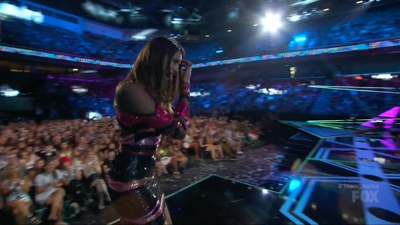 victoriajustice, Victoria at Teen Choice Awards 2015 +1 w/ Nina in comments. [gfy] (reddit) GIFs