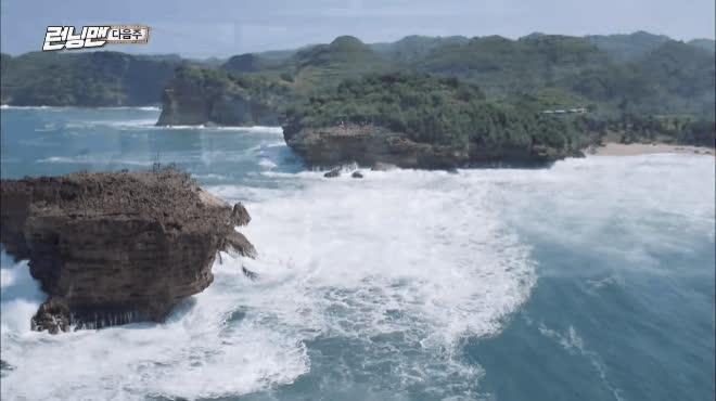 Kwang Soo khóc hết nước mắt với hình phạt vượt biển dữ bằng cáp treo kéo bằng tay không