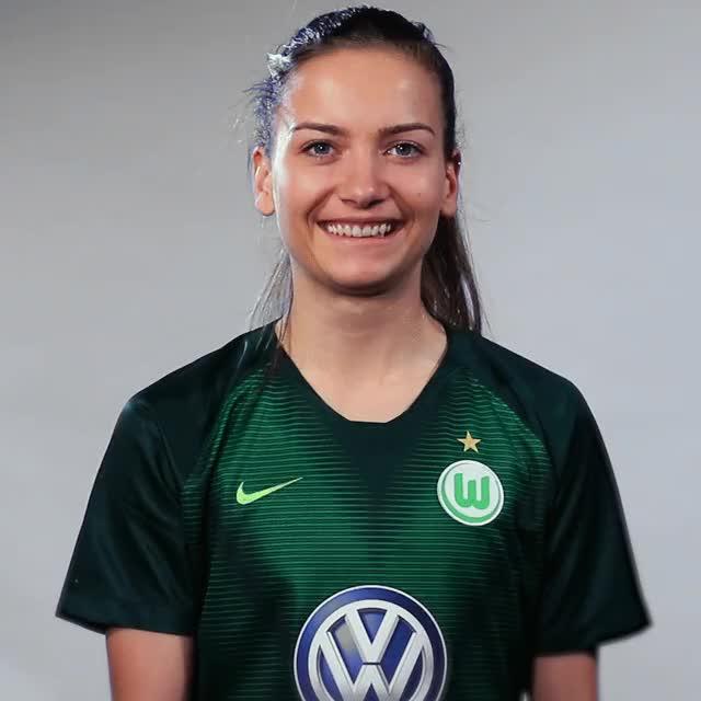 Watch and share Joelle Wedemeyer - Fahne Indien GIFs by VfL Wolfsburg on Gfycat