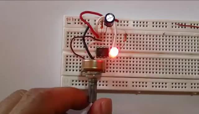 Circuito Oscilador 555 : El circuito integrado mágico on apple books