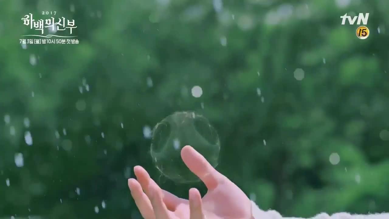 Cô dâu thủy thần tung ảnh mới, fan chết ngất vì Nam Joo Hyuk xả thân che chắn Shin Se Kyung giữa trời mưa