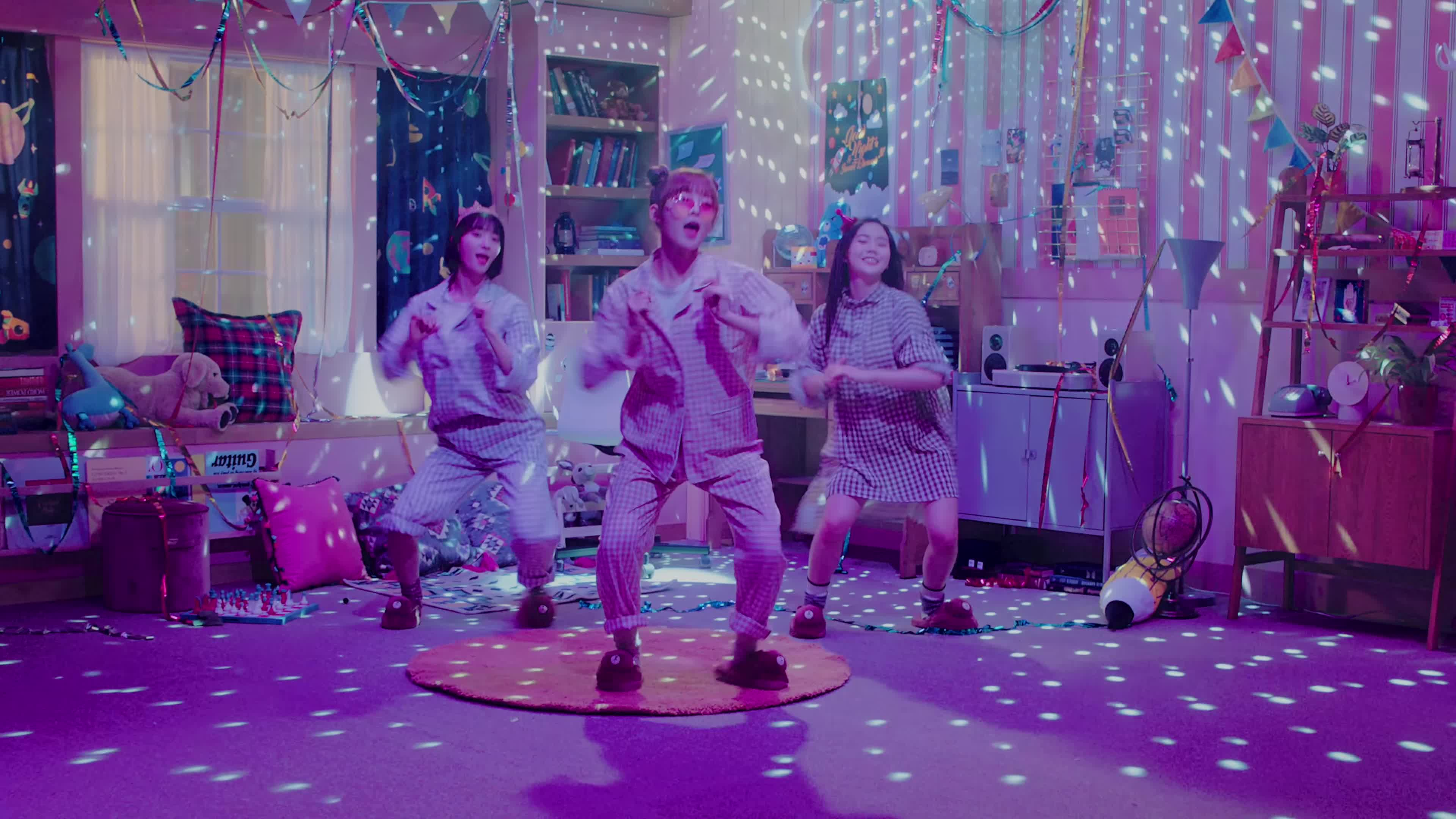 1theK, arin, binnie, hyojung, kpop, banana allergy GIFs
