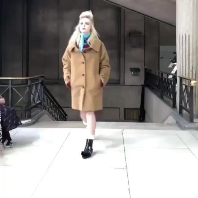 celebs, ellefanning, Elle Fanning - Paris Fashion Week 2018 (Video 2) GIFs