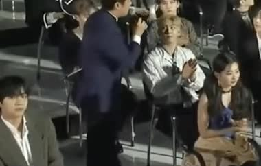 Khoảnh khắc tại The Fact Music Awards: Nam thần V (BTS) tranh thủ tia camera để được lọt vào khung hình lên sóng ảnh 3